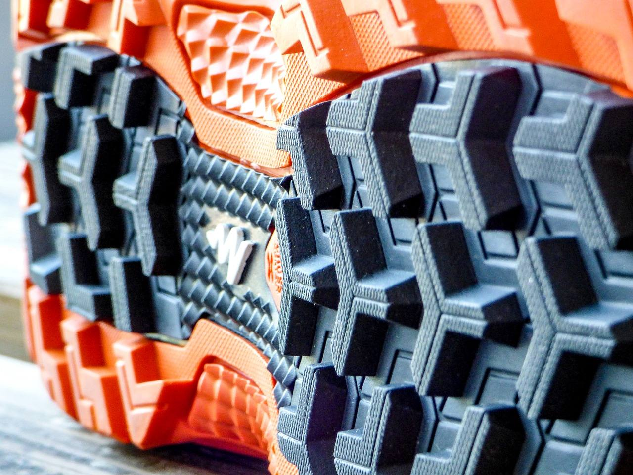 Neben den geeigneten Nordic Walking Stöcken sollten vor allem Schwergewichtige verstärkt auf Walkingschuhe für Übergewichtige achten. Was schwere Nordic Walker beim Schuhe kaufen beachten sollten, erfahren Sie im folgenden Artikel. Vor allem übergewichtige Menschen profitieren vom Nordic Walking. Regelmäßiges Walking erhöht den Energieverbrauch und reduziert Stresshormone (Cortisol) - beides wirkt sich positiv auf die gewünschte Gewichtsreduzierung aus. Auch Nordic Walking gilt schonend für die Gelenke. Das Schaftmaterial trägt zu einer guten Passform und einem festen Halt bei. Um beides zu gewährleisten, sollten schwere Nordic Walker darauf achten, dass das Schaftmaterial den Fuß sicher und ohne störenden Druck umgibt.