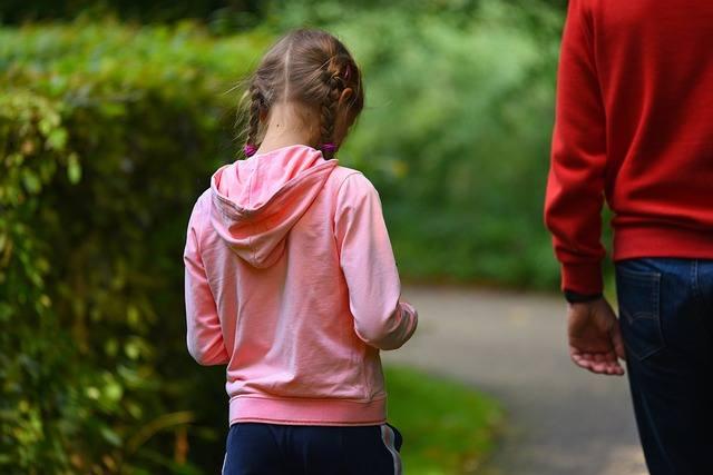 """Der spielerische Unterricht des Nordic Walking für kinder fördert die Muskelentwicklung und hilft bei der Entwicklung einer stabilen Körperhaltung. Die Grundstruktur dafür ist die Wirbelsäule, die durch ihre doppelte S-Form vor Verletzungen schützen soll. Verschiedene Bewegungsabläufe, wie z.B. Nordic Walking, sind einer gesunden Entwicklung förderlich. Nordic Walking wirkt sich auch positiv auf die motorischen Fähigkeiten aus. Besonders in der Kindheit führt der """"Umgang"""" mit Nordic Walking Stöcken zu einer gesteigerten Körperwahrnehmung und Geschicklichkeit."""
